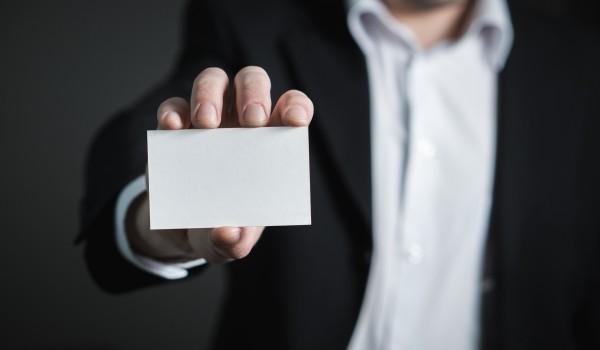 Imagen corporativa que es. Tarjeta de visita en blanco en primer plano con fondo difuminado.